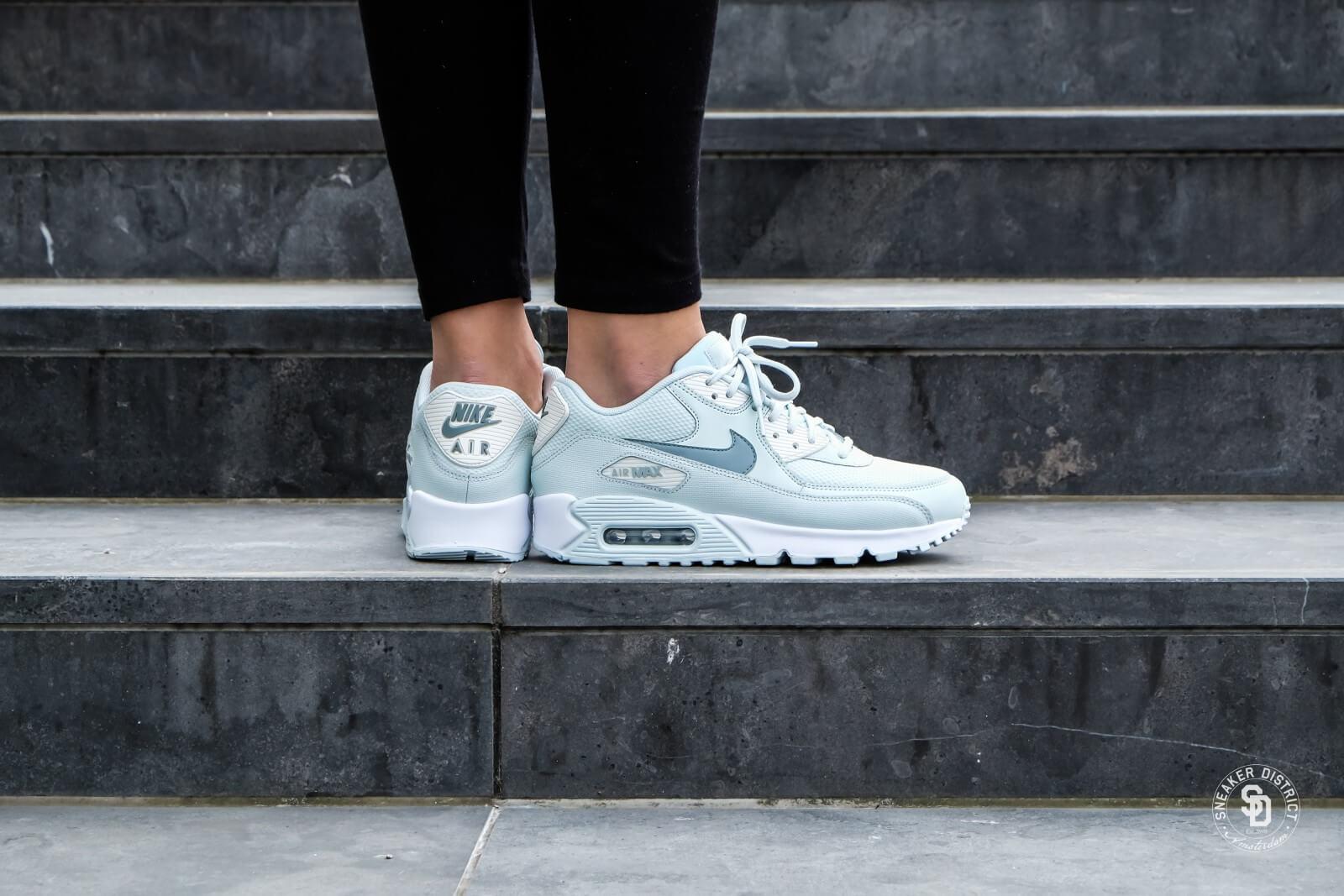 Nike Women/'s Air Max 90 Sneaker 325213