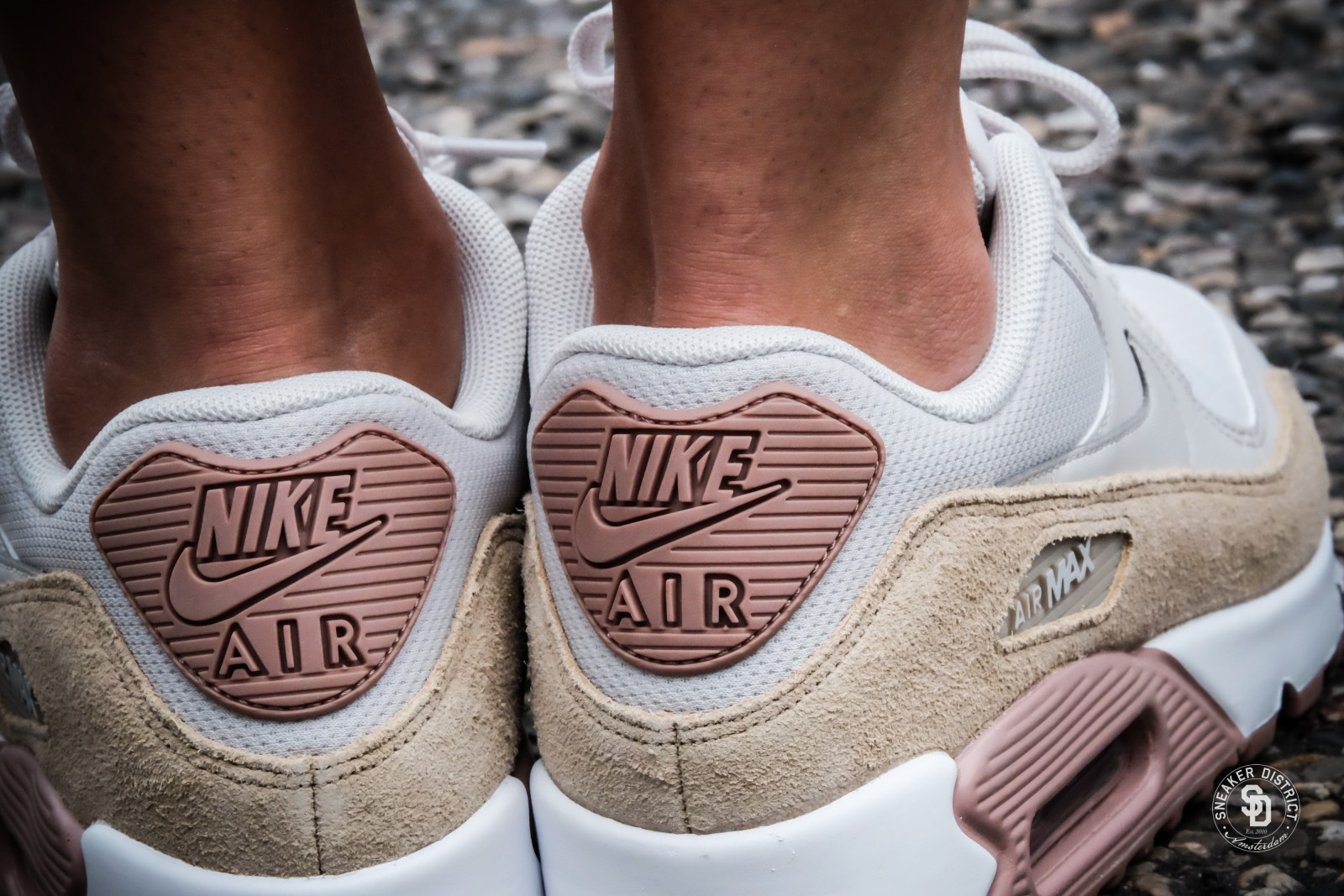 Nike Damen Wmns Air Max 90 Gymnastikschuhe, Beige (Particle