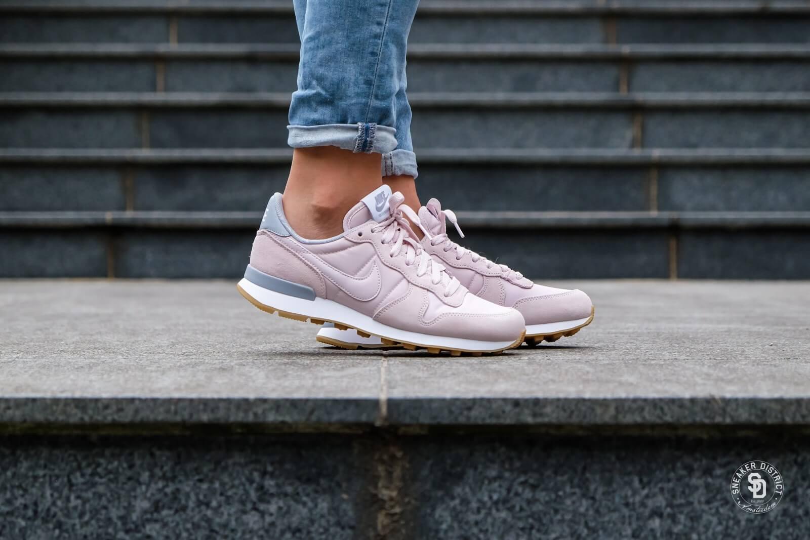 Nike Internationalist Women barely rosewolf greywhite